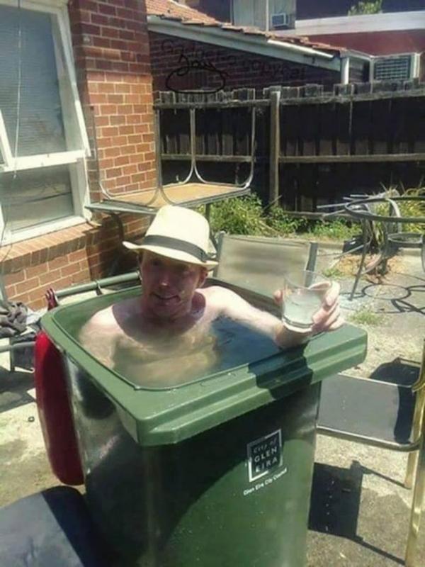 Kwikku, Dari pada buat kolam berenang mahalmahal kalau kepanasan cukup gunakan tempat sampah sebagai pengganti kolam wkwkwkwk