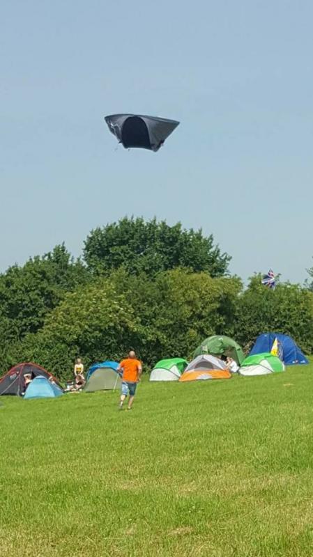 Kwikku, Ini tuh yang namanya tenda terbang terbawa angin wkwkwkwk Kok cuma punya dia doang ya wkwkwkwk
