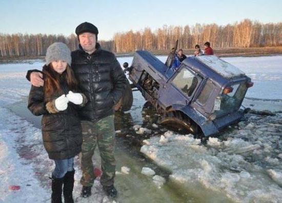 Kwikku, Eksis di depan kamera tentu saja lebih penting di banding dengan harus mengurusi traktor mereka yang sedang tenggelam