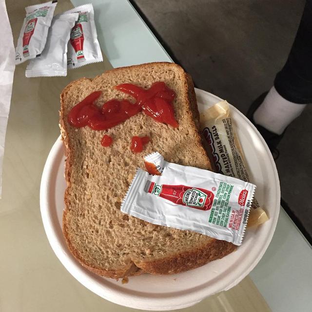 Kwikku, Gak pake selai roti ini malah di balur pake sambel wkwkwk
