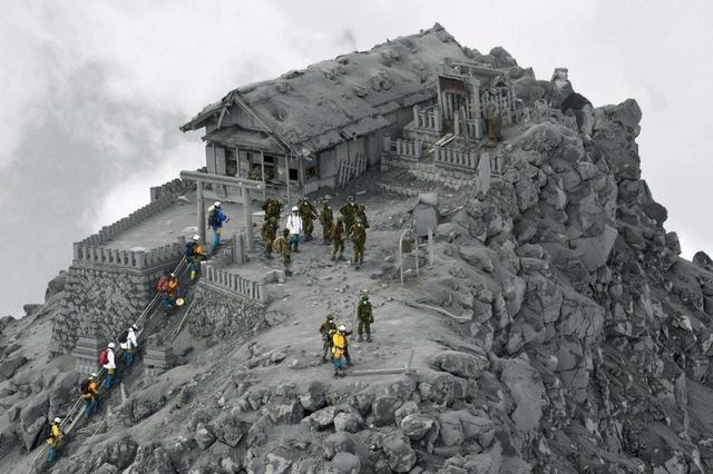 Kwikku, Seorang fotografer menangkap momen saat tempat suci di puncak gunung ditutupi abu vulkanik
