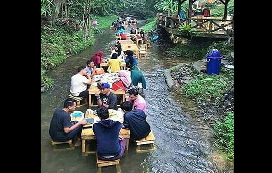 Kwikku, Mungkin udah terlalu mainstream jika membuat pondok makan di pinggir sungai Jadi mereka gunakan tema pondok makan di tengah sungai nih wkwkwkwk