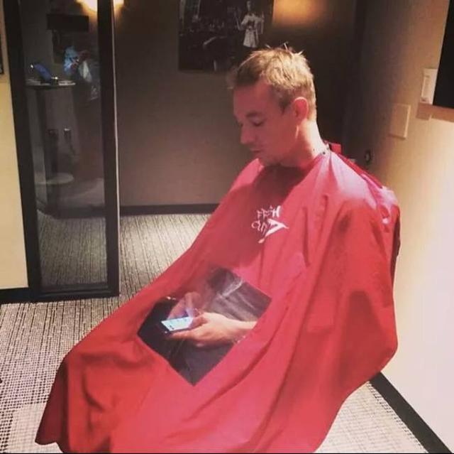 Kwikku, Jenius banget ya guys Sekarang kalian bisa tetap main gadget meskipun sedang gunting rambut guys