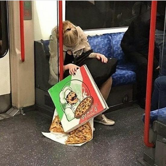 Kwikku, Jauhjauh beli pizza buat rekanrekan di kantor aslinya malah jatuh ke lantai karena ketiduran