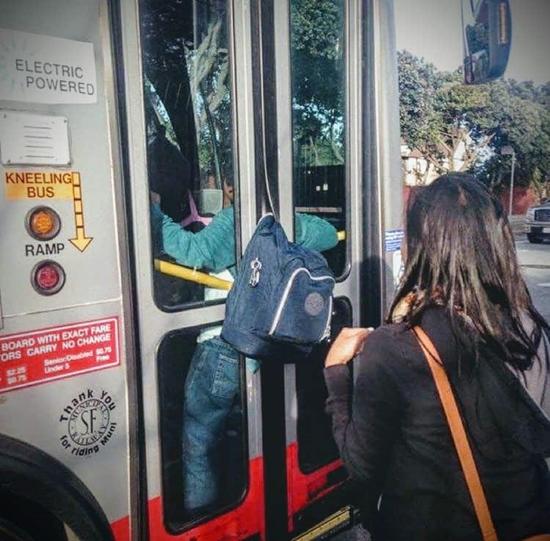 Kwikku, Terjebak di pintu bis karena kurang hatihati pasti malu banget
