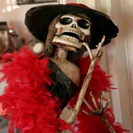 Kwikku, Bukan hanya makhluk hidup saja yang membutuhkan fesyen tetapi tengkorak mati juga membutuhkannya wkwkwk