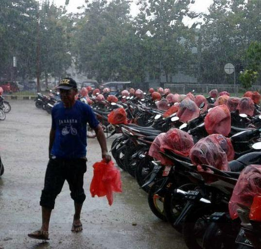 Kwikku, Si opa yang satu ini memang sangat baik dia rela membungkus semua helm atas dasar ikhlas Mana hujan lagi wkwkwk