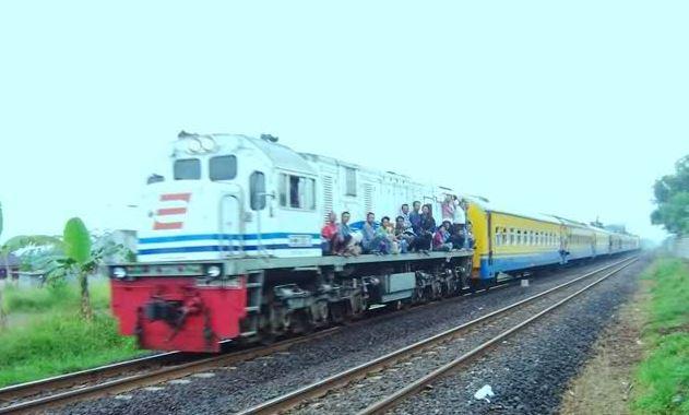Kwikku, Para penumpang yang tak kenal dengan bahaya Gak dapat tempat duduk bukan berarti mereka gak bisa naik kereta