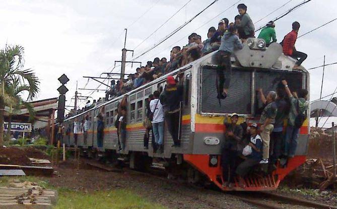 Kwikku, Mereka bahkan berani menaiki kereta dalam posisi badan menggantung di gerbong paling belakang tuh Gimana kalau jatuh ya guys