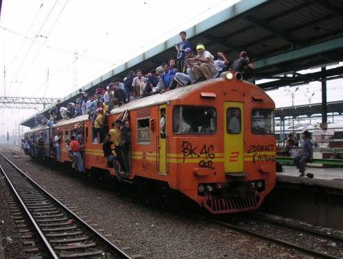 Kwikku, Waduh bukan cuma duduk di atas gerbong kereta api guys bahkan di antara mereka ada yang nekat berdiri tuh waduh ekstrim bener