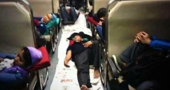 Kwikku, Para penumpang nampak tengah melepas lelah sambil tidur di lantai gerbong kereta