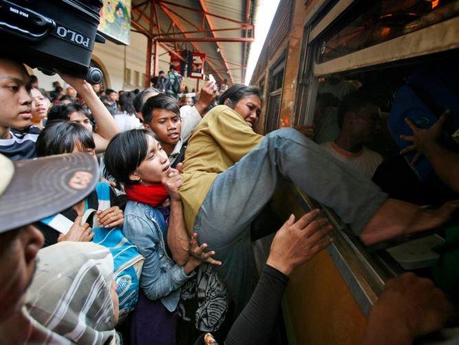 Kwikku, Apakah di kereta tersebut tidak di sediakan pintu Kok ibu yang satu ini malah naik lewat jendela sih
