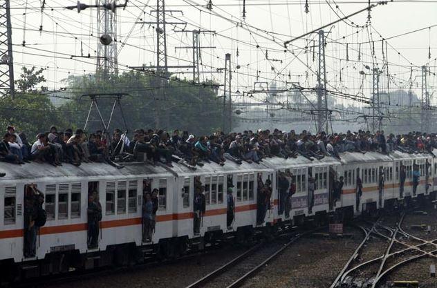 Kwikku, Buset padat bener tuh Di atas gerbong kok kepadatannya malah hampir seimbang sama di dalam kereta sih Bisabisa kesetrum listrik tuh