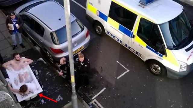 Kwikku, Sepasang kekasih ini benarbenar mencari sensasi dengan cara yang tidak biasa nih guys Untung saja ada  pak polisi yang mencoba untuk menghentikan aksi mereka Jangan cobacoba mandi di jalanan ya guys