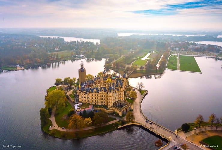 Kwikku, Kastil Schwerin Jerman memang memiliki keindahan yang unik dan memukau Warna kuningnya yang berkilau melambangkan keagungan