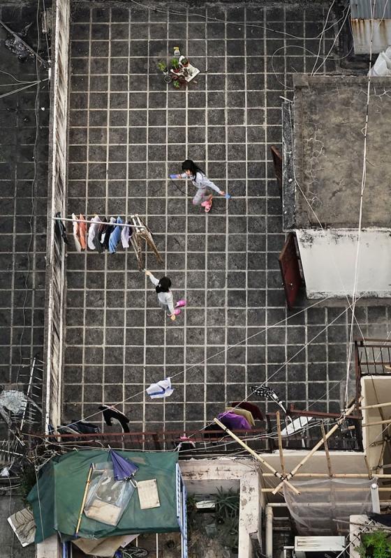 Kwikku, Dua anak kecil terlihat sedang asik bermain di Rooftop