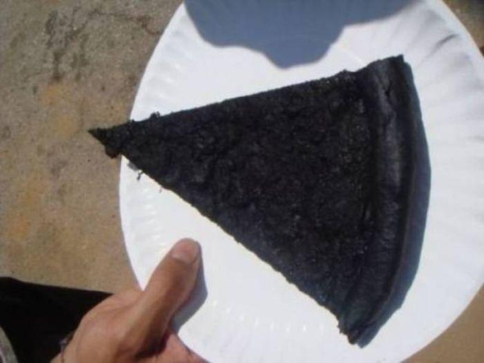 Kwikku, Pizzanya sih udah terbentuk dengan sempurnya tetapi malah gosong ketika di panaskan sungguh tragedi yang membuat semua orang kehilangan nafsu makan