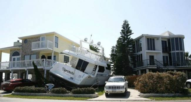 Kwikku, Kaya sih kaya pak buk tapi kapal pesiar kok sampe diparkir di halaman rumah Modelnya nyangkut gitu pula