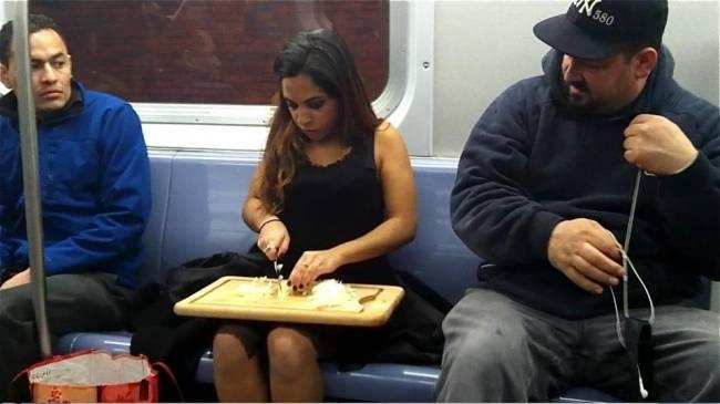 Kwikku, Ini nih yang namanya time is money jadi dia manfaatin waktunya di dalam kereta buat ngiris sayuran biar sampe rumah tinggal masak aja Tapi kok aneh ya Haha