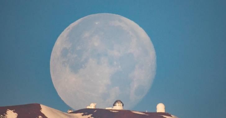 Kwikku,  Bulan diatas Gunung Mauna Kea di Hawaii Gimana Editan pasti kalah kan