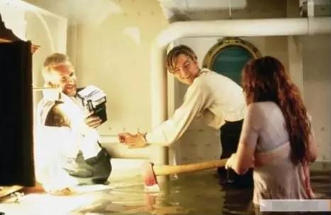 Kwikku, Adegan ketika rose membuka borgol di tangan Jack menggunakan kapak Terlihat bahagia yaa