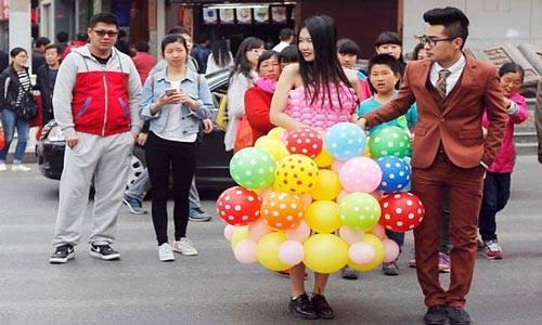 Kwikku, Gaun Pengantin terbuat dari balon Hmmm kebayang gak sih guys gimana kalo ada yang iseng pecahin seluruh balonbalon tersebut
