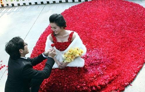 Kwikku, Gaun merah nan elegan ini terbuat dari  bunga mawar loh guys Kebayang gak betapa ribetnya pembuatan gaun ini