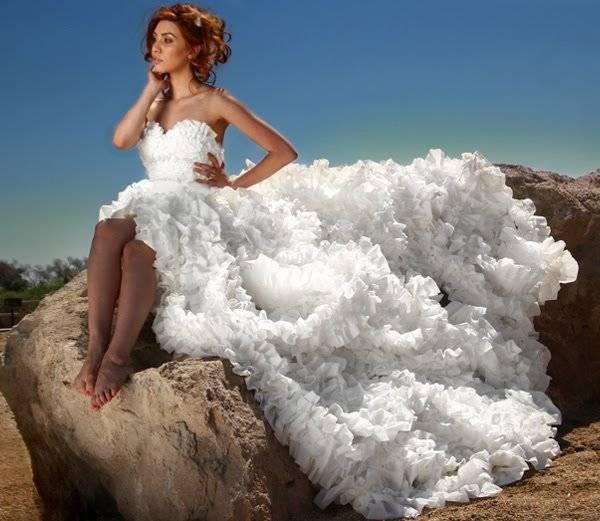 Kwikku, Gaun yang terbuat dari tissue toilet Jangan salah Tissuenya pastinya yang masih bersih dooong Hahaha