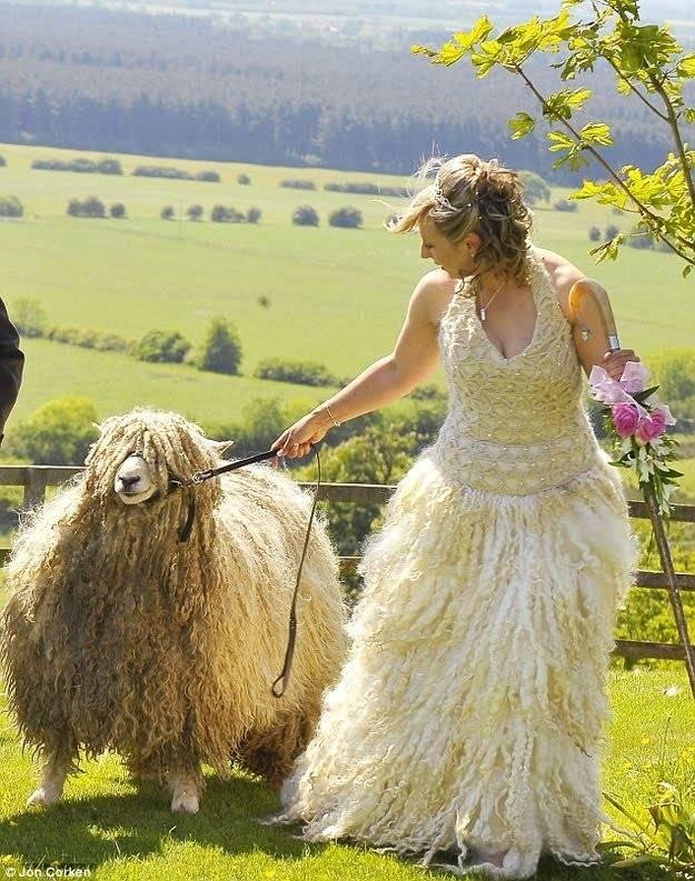 Kwikku, Gaun yang satu ini terbuat dari bulu domba asli loh guys Cantik dan unik kan