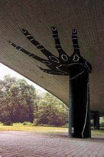 Kwikku, Jembatan ini terlihat seperti disanggah oleh tangan berwarna hitam nan gede