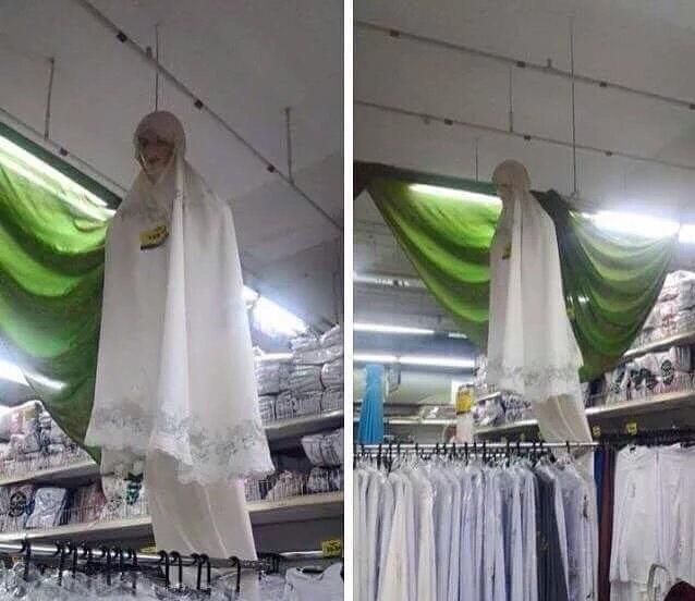 Kwikku, Inimah malah terlihat seperti setan yang sedang gentayangan di dalam toko