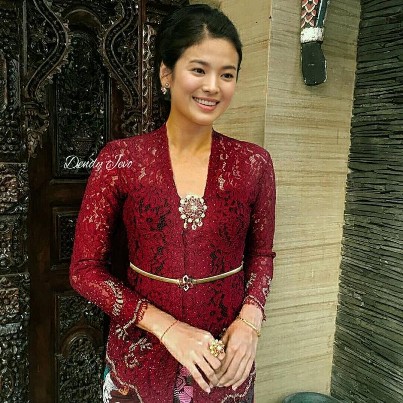 Kwikku, Song He Kyo kelihatan cantik banget ketika sedang mengenakan kebaya ya guys Bikin gak bisa berkedip wkwkwk