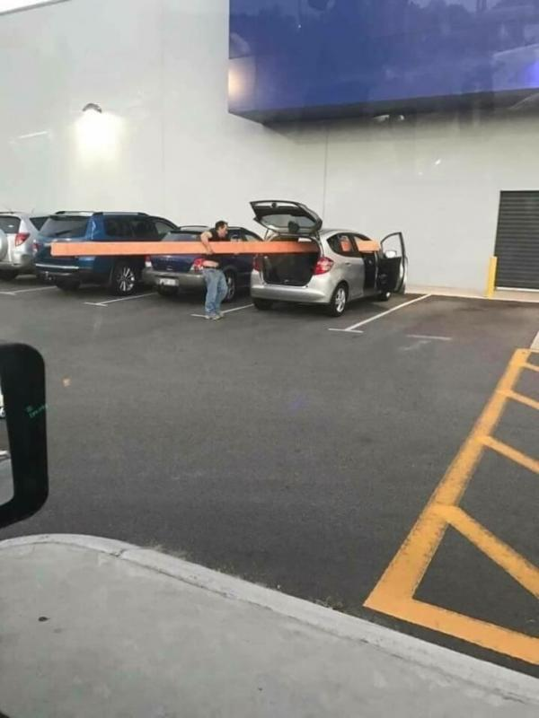 Kwikku, Orang ini kayaknya tidak paham dengan tipetipe mobil Barang sepanjang itu tidak mungkin bisa di angkut oleh mobil pribadi Bisabisa dia malah membahayakan orang lain dan melanggar peraturan lalu lintas