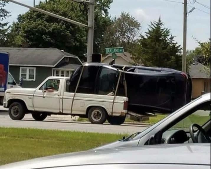 Kwikku, Apakah ada di antara kalian yang pernah berfikir untuk mengangkut sebuah mobil dengan menggunakan mobil Pick Up Sepertinya di sini ada orang yang bahkan pernah mempraktekkannya guys