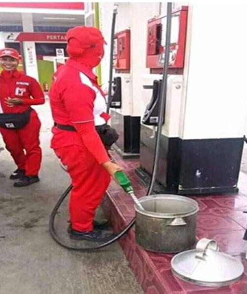 Kwikku, Kok bisa beli bensin di tempat yang kayak gituan Sekalian pake mangkuk aja mas biar puas