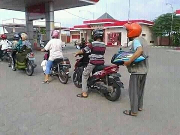 Kwikku, Abis bensin di tengah jalan dan enggan mendorong motor ke SPBU terdekat Si bapak nekat bongkar tengki tuk membeli seliter bensin