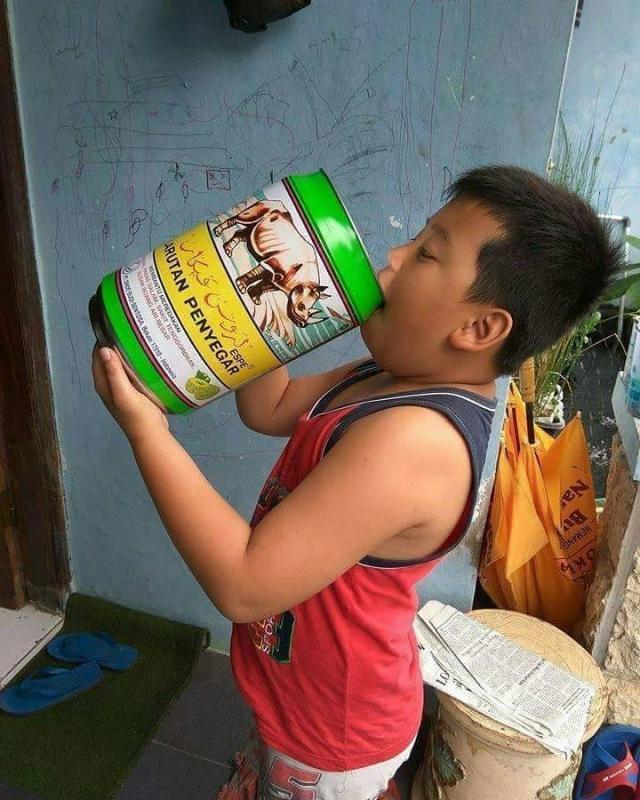 Kwikku, Karena udara di luar panas banget si bocah jadi minum larutan penyegar untuk melawan rasa kurang segar