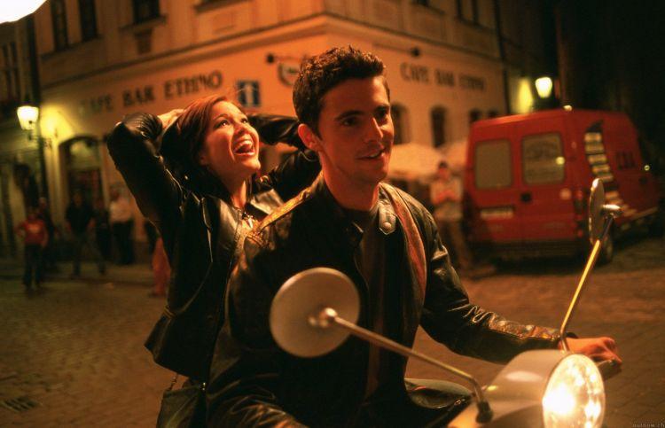 Lupakan Kisah Romantis Ala Drakor Karena 5 Gestur Ini Udah Bisa Buat Cewekmu Meleleh