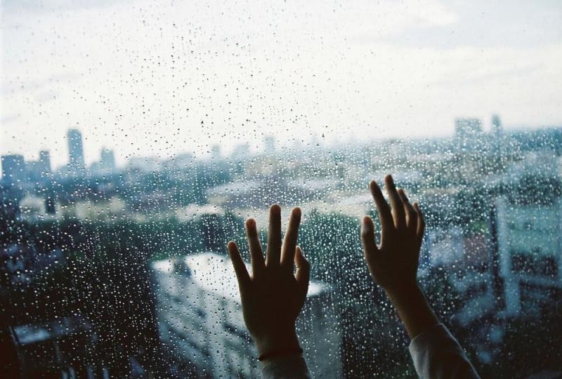 Mumpung Lagi Musim Hujan Ini Ada 10 Quotes Bertema Hujan yang Cocok Dikirim ke si Dia