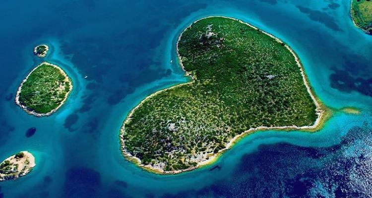 5 Pulau Berbentuk Hati yang Bikin Pengen Banget ke Sana
