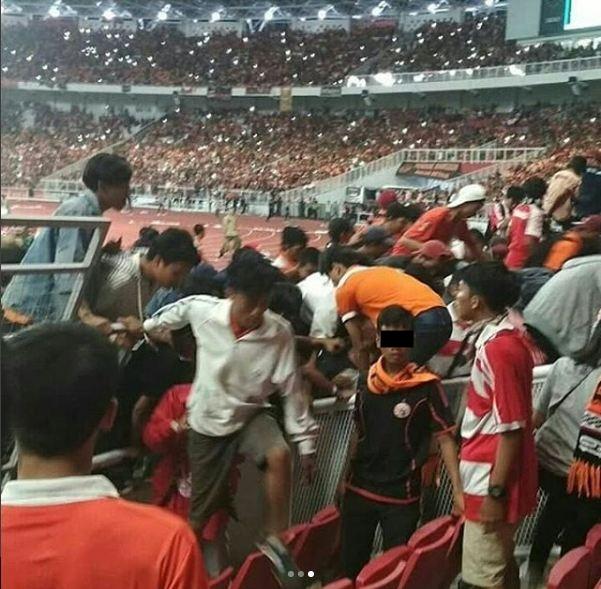 Stadium Umum GBK Hancur Terporak Porandakan Pada Final Piala Presiden Ini Beberapa Potretnya